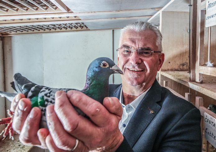 Joël Verschoot op een archiefbeeld met zijn topduif Armando, die hij voor ruim een miljoen euro kon verkopen.