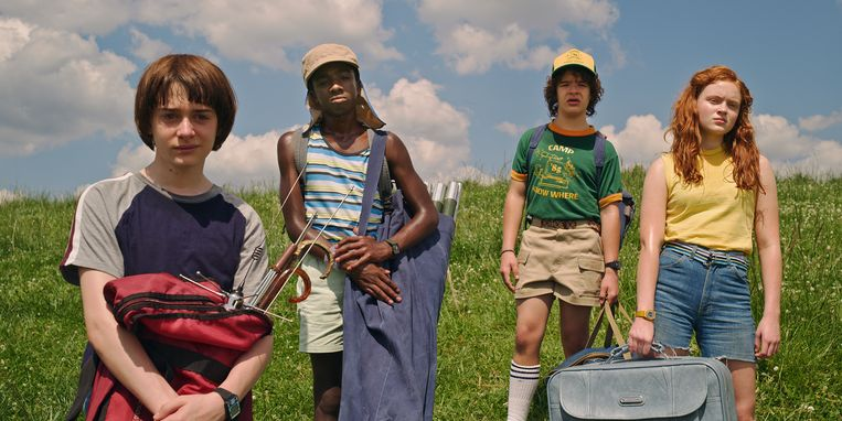 Noah Schnapp als Will, Caleb McLaughlin als Lucas, Gaten Matarazzo als Dustin en Sadie Sink als Max in 'Stranger Things.'  Beeld Foto Netflix