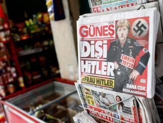 Turkse krant zet Merkel met Hitler-snor op de cover