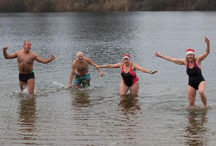 Vier bikkels trotseren het koude water voor de 23ste nieuwjaarsduik in Didam.