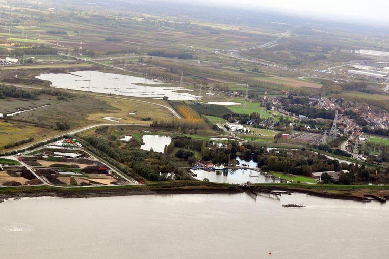Een luchtfoto met centraal het fort en het binnendok en rechts de dorpskern van Kallo.