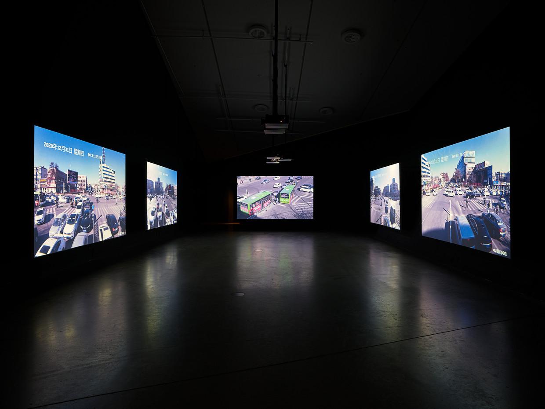 Jia Zhang-ke, Close-Up, 2021, video-installatie op 5 schermen. Beeld Studio Hans Wilschut