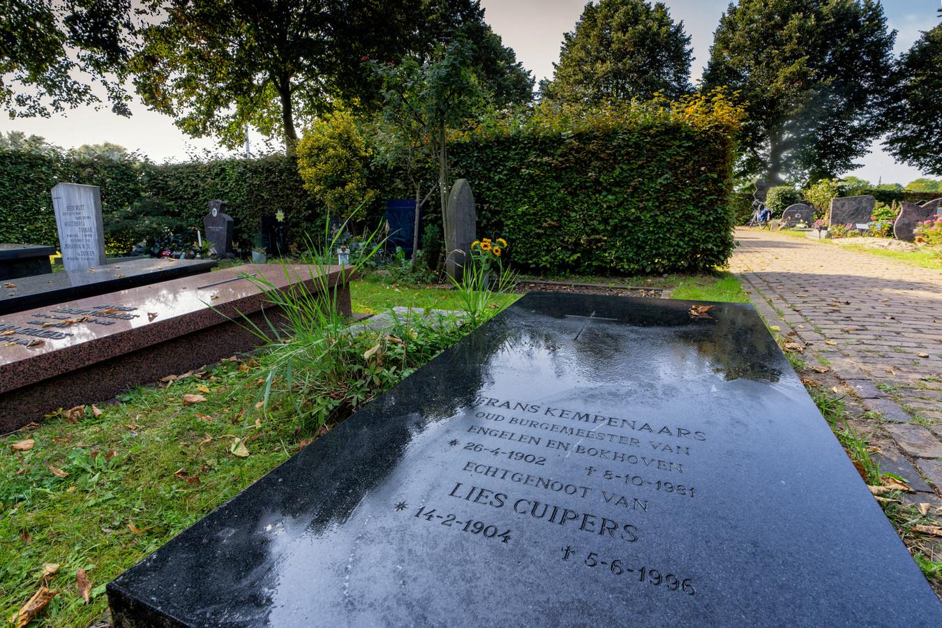 Het graf van oud-burgemeester Kempenaars en zijn vrouw.