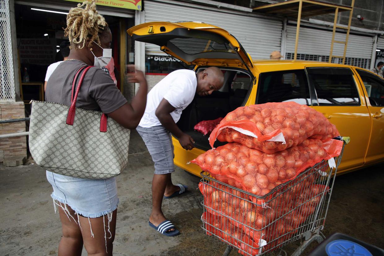 Surinamers slaan flinke voorraden in tijdens een lockdown. Beeld ANP