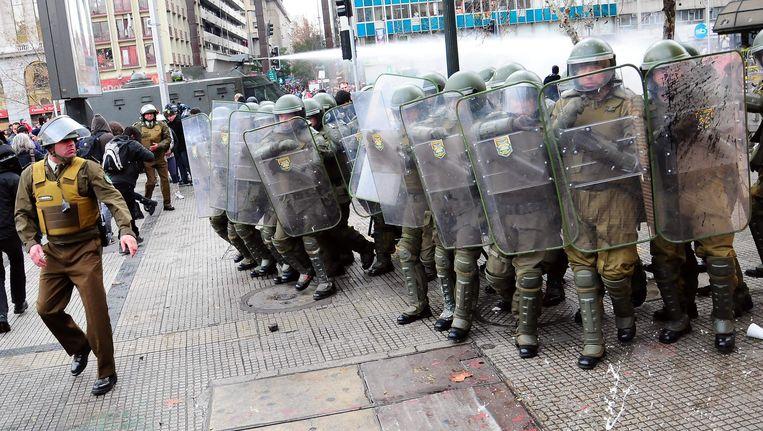 Chileense politie maakt zich op voor een clash met studenten in Santiago. Beeld EPA