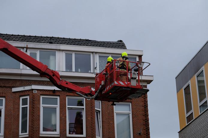 In de Geuzenstraat raakten door storm Dennis een aantal dakpannen los.