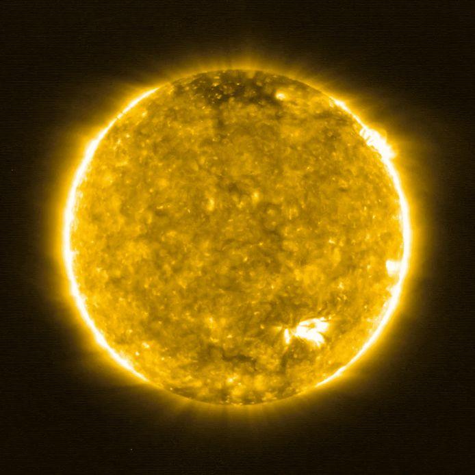 Cette photographie distribuée par l'Agence spatiale européenne (ESA) le 16 juillet 2020 montre une image du Soleil, à peu près à mi-chemin entre la Terre et le Soleil, prise par The Extreme Ultraviolet Imager (EUI) à bord du vaisseau spatial The Solar Orbiter le 30 mai 2020.