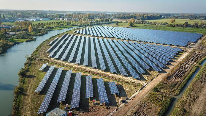 Het vorig jaar opgeleverde zonnepark bij Ewijk is ongeveer 8 hectare groot.