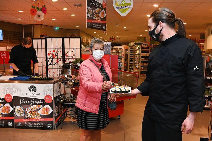 Kok Jaap Volman van Boompjes Restaurant maakt en verkoopt sushi in de supermarkt van Verbeeten in Overloon.