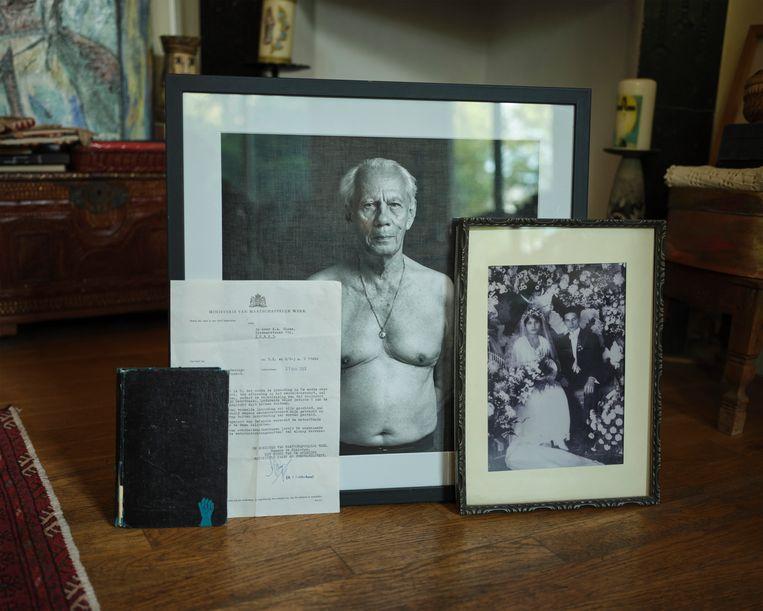 De geselecteerde voorwerpen: een agenda, de schuldbrief, een foto van Bloems vader en de trouwfoto van Bloems voorouders. Beeld Erik Smits