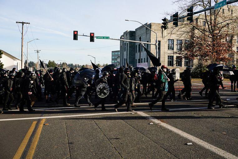 Tegendemonstranten lopen richting de Trump-supporters.  Beeld Getty Images