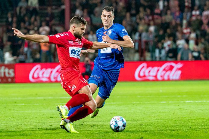 Lucas Rougeaux in duel met AA Gent-spits Darko Lemajic.