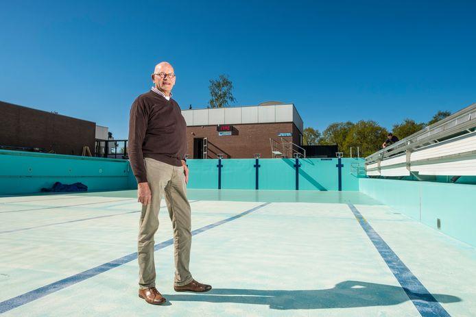 Voorzitter Bert Bossenbroek zag het een maand geleden nog somber in, maar nu kan de kraan toch open. Op 1 juni opent zwembad De Hokseberg de deuren.