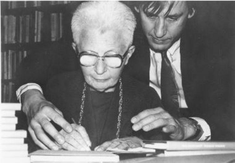 Ida Gerhardt signeert 'De Adelaarsvarens' voor Tonio van der Heijden, november 1988. Beeld Uit het besproken boek