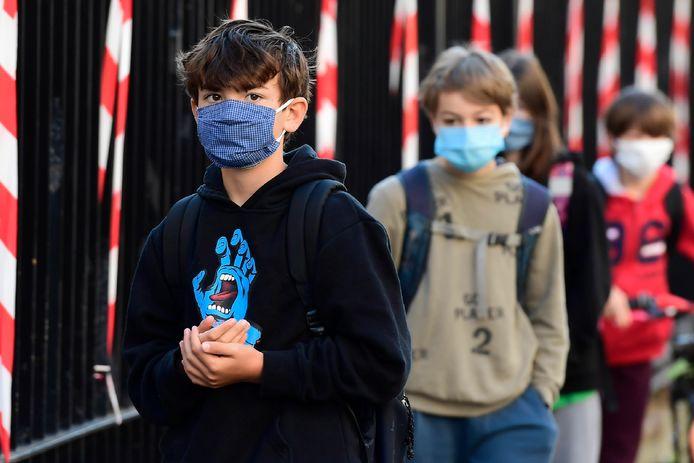 Franse scholieren moeten met mondkapje op naar school.