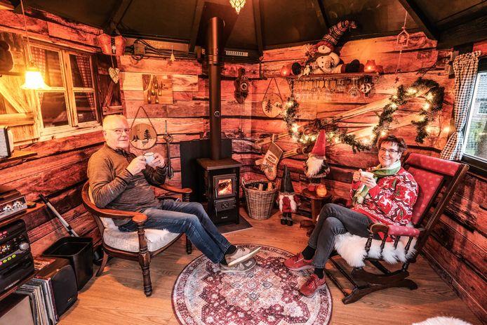 Jan en Wil in hun Borrelhuus.