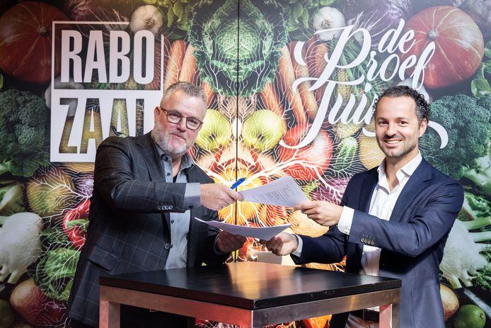 Nico Baars van De Naald (links) en Maurice Dame van Rabobank Westland ondertekenen  een nieuw samenwerkingscontract.