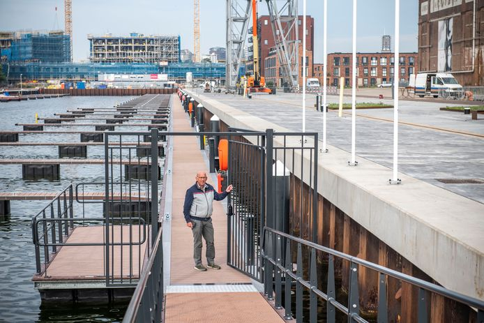 Projectleider Scheldekwartier Hans van Houdt op de particuliere steiger van Stadshaven Vlissingen aan de Jan Weugkade.