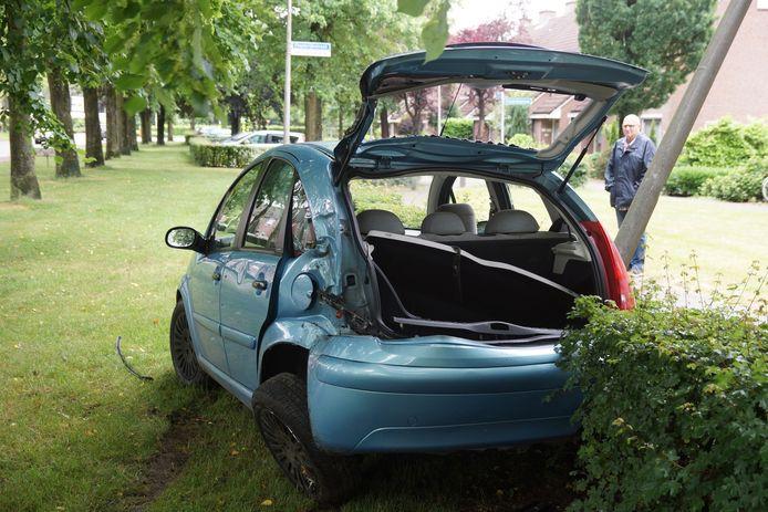 Een auto is maandagmiddag rond 15.00 uur tegen een boom aan gebotst op de Statenlaan in Drunen.