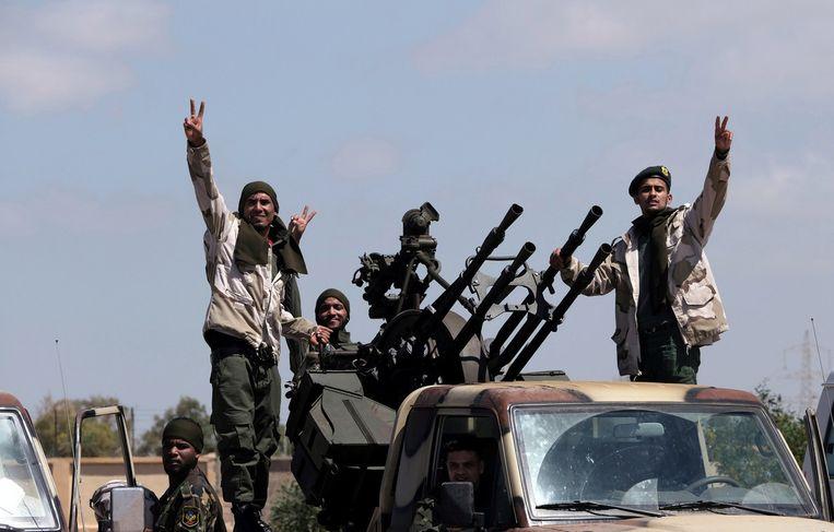Soldaten van het leger van Khalifa Haftar vertrekken uit de oostelijke stad Benghazi om deel te nemen aan de strijd rond de hoofdstad Tripoli. Beeld Reuters