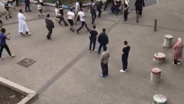 Een beeld van hoe de politie in juni belaagd werd door bewoners in Borgerhout nadat ze jongeren wilde arresteren. Bij die rellen zijn heel wat jongeren, die gekend staan voor drugsfeiten, gearresteerd.