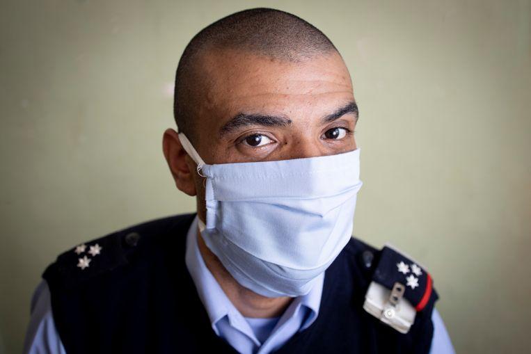 Brahim (34, penitentiair beambte): 'Toen het coronatijdperk begon, was ik wel wat ongerust over de mannen. Maar ze nemen het tot nu toe wonderwel goed op.'  Beeld Lieve Blancquaert