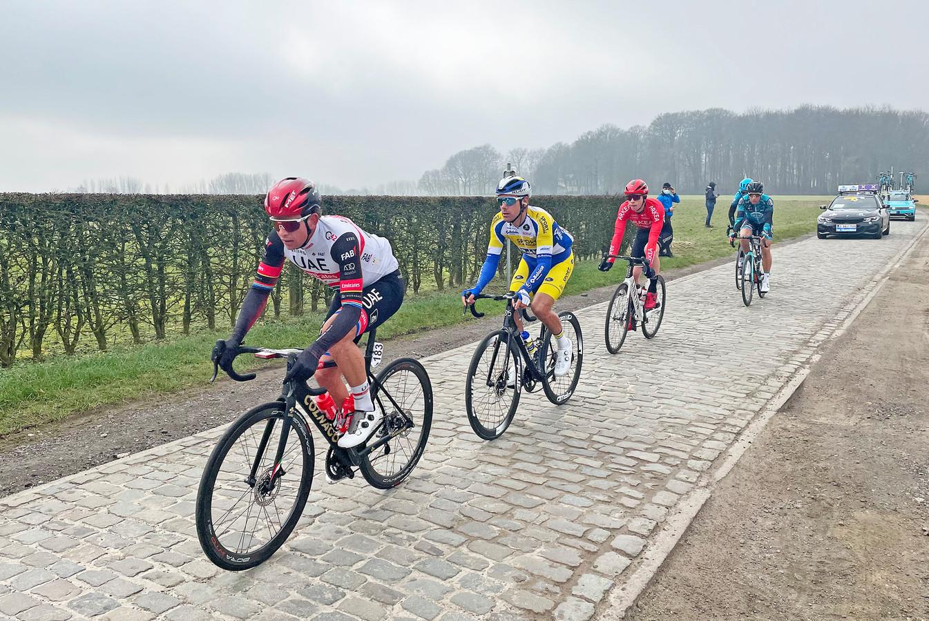 Twee Oost-Vlamingen in de vroege vlucht van de Omloop: Kenny De Ketele in tweede positie op de Huisepontweg, Bert De Backer in vierde