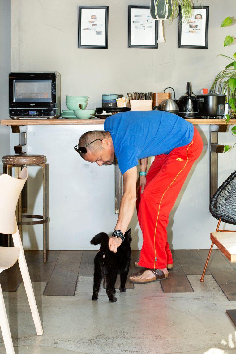 Ewout woont sinds anderhalve maand in het hotel: 'Het voelt hier huiselijk. Het enige jammere: je kunt hier niet koken.' Beeld Susanne Stange
