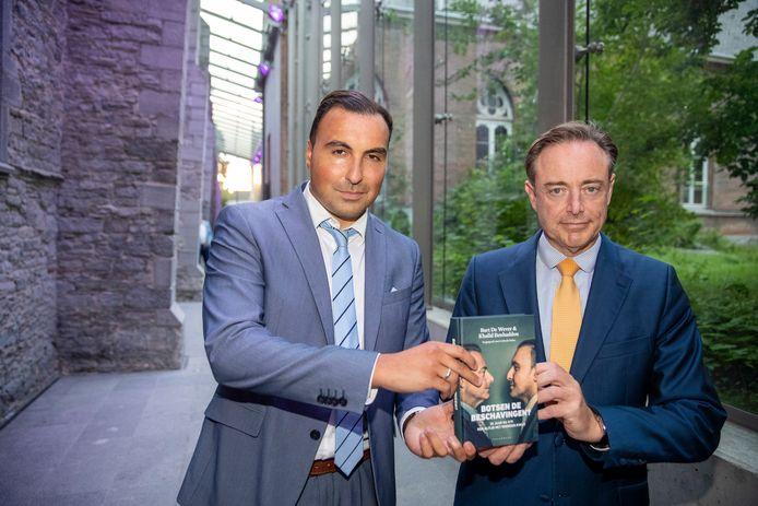Imam Khalid Benhaddou en burgemeester van Antwerpen Bart De Wever met hun boek 'Botsen de beschavingen?'