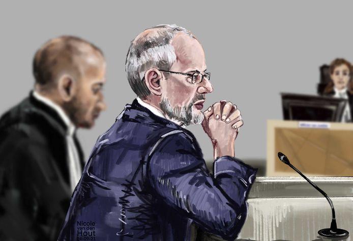 Rechtbanktekening van de fractievoorzitter van de Haagse Partij van de Eenheid en het voormalige Haagse PVV-raadslid Arnoud van Doorn (M) en diens advocaat Anis Boumanjal (l) en de officier van Justitie (r) in de rechtbank.