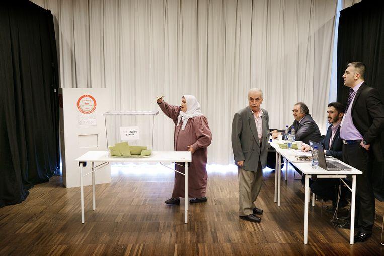 Turken in Antwerpen (Berchem) naar de stembus voor het Turkse referendum. / © Eric de Mildt. All rights reserved. Beeld Eric de Mildt