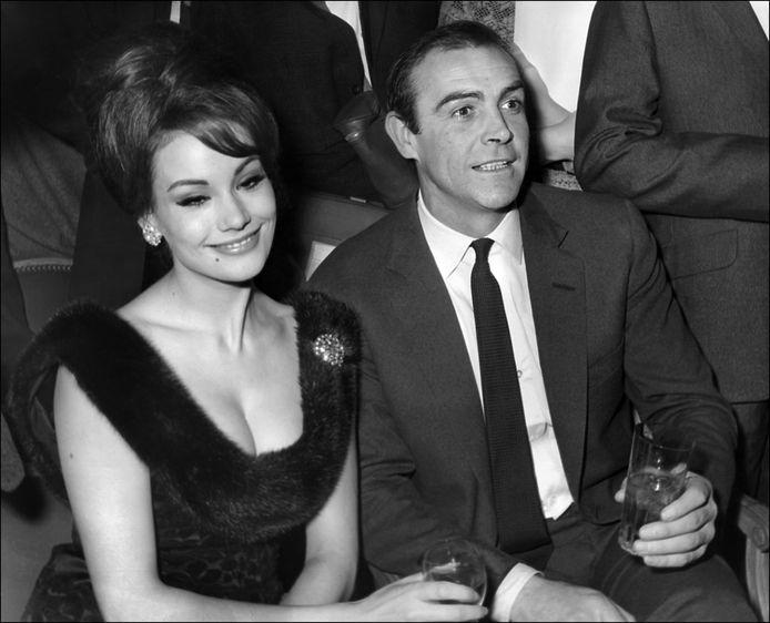 Claudine Auger, avec Sean Connery, face aux journalistes, en 1965, à Paris