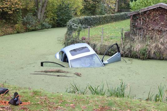 Auto in water beland aan Thorbeckestraat in Naaldwijk.