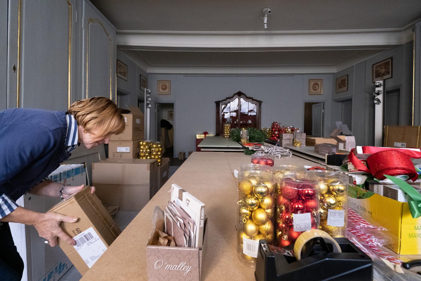 Het decoratieteam van Kerstmagie is volop aan de slag in het Kasteel d'Ursel