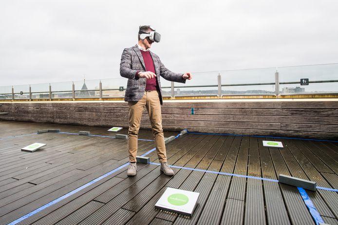 Bram Peters loopt alvast virtueel door zijn toekomstige plastic huis in Arnhem op het dakterras van Rozet.