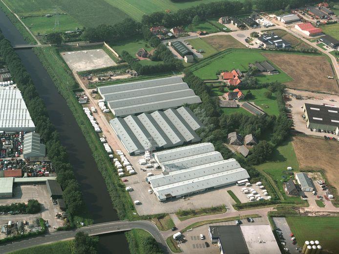 Op de daken van deze bedrijfshallen van B & B Caravantechniek worden nog voor de zomer 6.840 zonnepanelen gelegd.