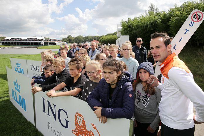 Leerlingen van basisschool Het Kompas in Vuren hebben vandaag geen gymles, maar ze zijn op de KLM Open.