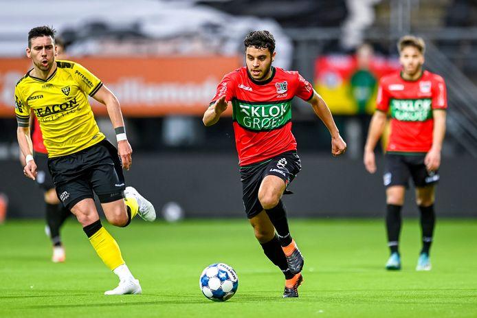 Ayman Sellouf zet in het shirt van NEC een dribbel in tegen VVV-Venlo afgelopen seizoen.