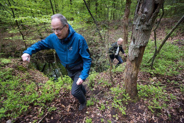 Almer Bolman (links) en Adriaan Smeenk van waterschap Vallei en Veluwe bij een sprengkop, de bron van een beekje, in het bos bij de Noord-Veluwse plaats Heerde. Beeld Herman Engbers