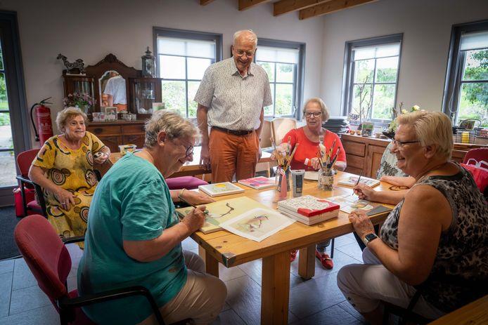 Cor van Dalen (met bril en oranje broek) strijdt voor het behoud van ontmoetingscentrum De Minkhof in Bemmel