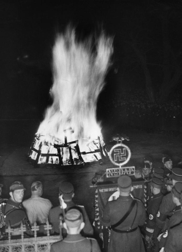 Nazi's stoken een ritueel vuur aan ter ere van de zonnewende, in de Kruizberg-wijk te Berlijn in 1936. Beeld Hollandse Hoogte / Sueddeutsche Zeitung Photo