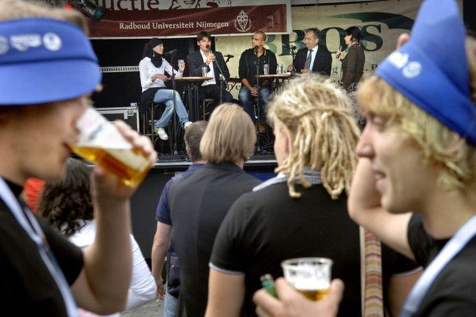 Bier drinken op de Grote Markt in Nijmegen tijdens de introductie in 2016.