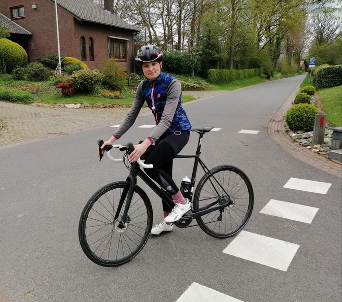 Anne van de Swaluw op de route van de Amstel Gold Race in Zuid-Limburg. Zij reed 'm om geld op te halen voor onderzoek naar een zeldzame vorm van kanker.