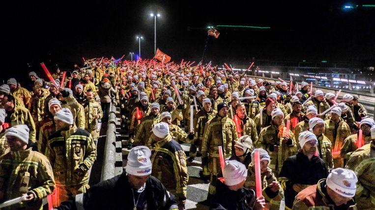 De brandweermannen kwamen in stoet naar Kortrijk