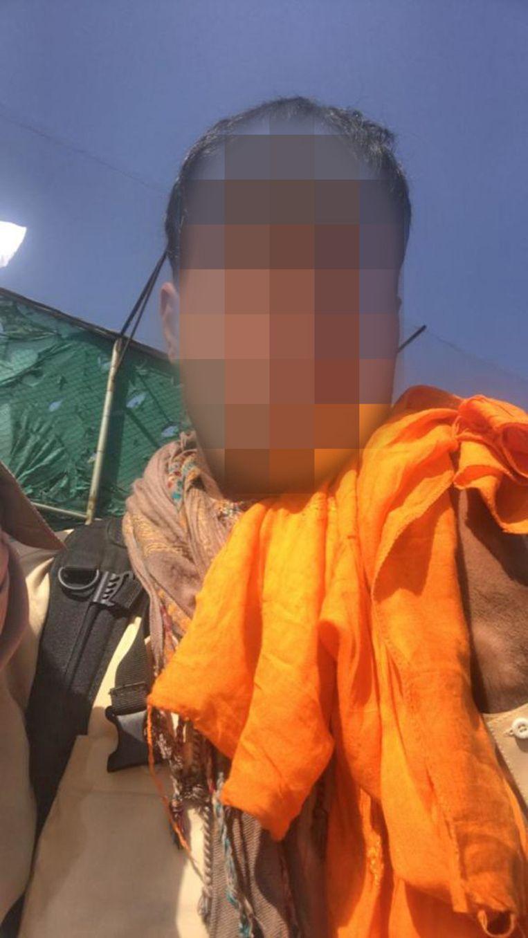 Tolk G.H. met zijn oranje sjaal.  Beeld de Volkskrant