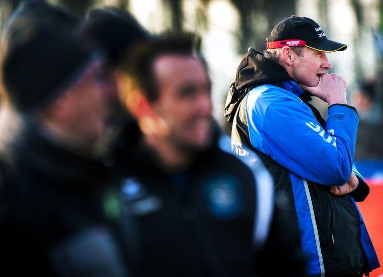 Adrie van der Poel volgt het wedstrijdverloop van een veldrit. Beeld Klaas Jan van der Weij