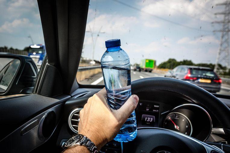 Neem altijd voldoende drinken mee in de auto. Beeld ANP XTRA