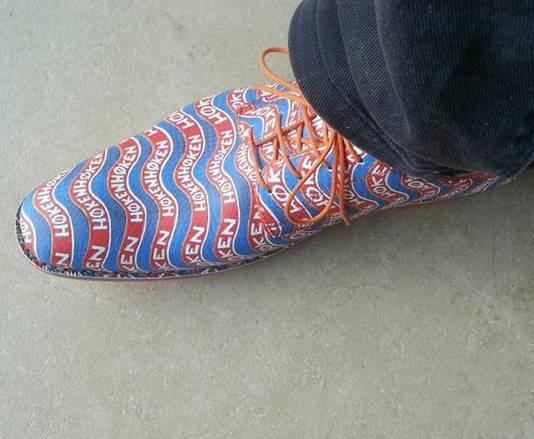 De schoenen met het opschrift 'høken',  die Bennie Jolink heeft ontworpen voor Kops.