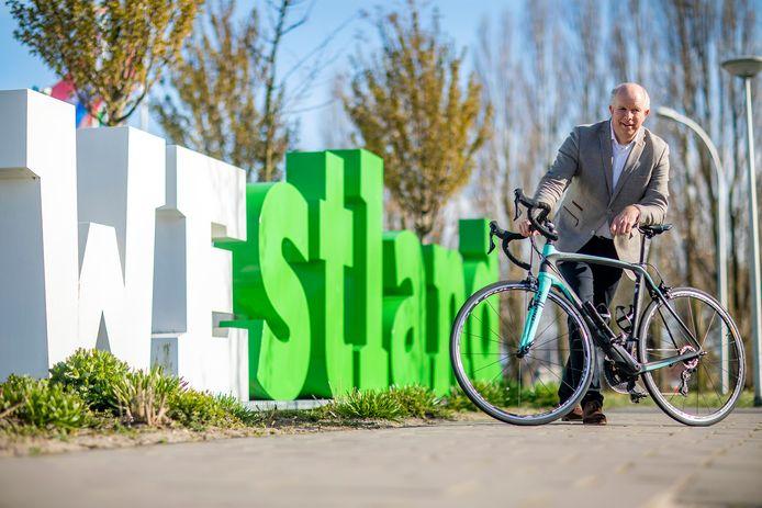 Naaldwijk, laan van de glazen stad, wethouder van sport, Pieter Varekamp met een racefiets bij de westland letters. AD Haagsche Courant Westland