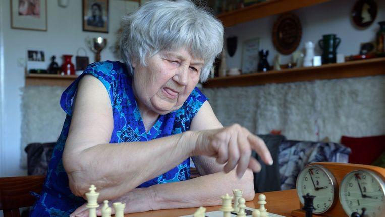 De 87-jarige Hongaarse schaakmeester Brigitta Sinka. Zij speelde meer dan twaalfduizend partijen simultaan schaken. Beeld afp